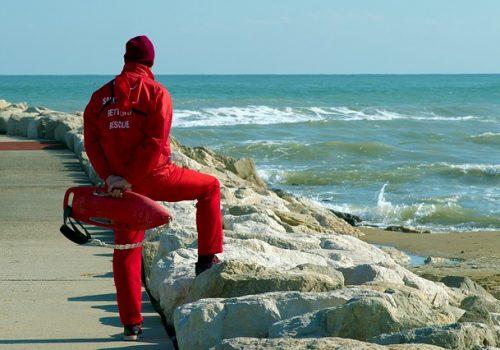 lifeguard-on-duty-4304713_640